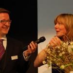 Moderator Alexander Limbrock interviewt Magdalena Lötzer