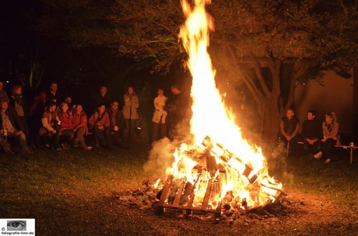 Gäste am Feuer