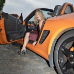 Model mit Porsche Boxster orange