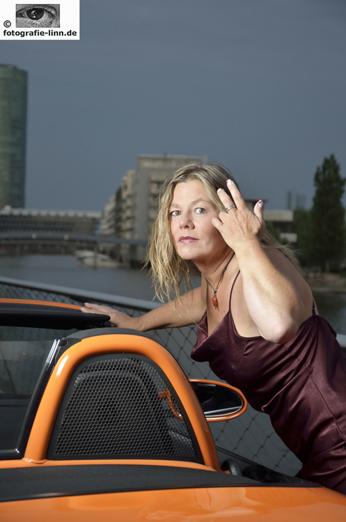 Model mit Porsche am Mainufer