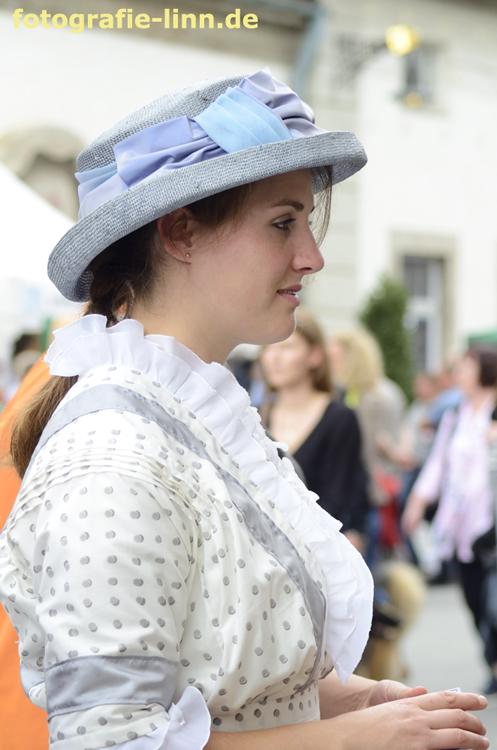 junge Frau in Jugendstilkleid