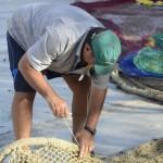 Fischer beim Ausbessern der Netze