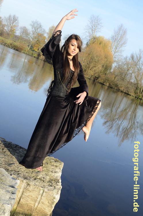 Ballettpose am Fluss