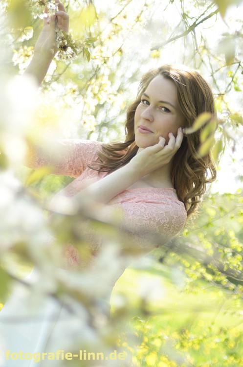 Anna mit Blüten