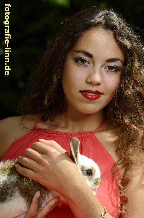 Model mit Kaninchen
