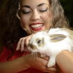 Model und niedliches Kaninchen