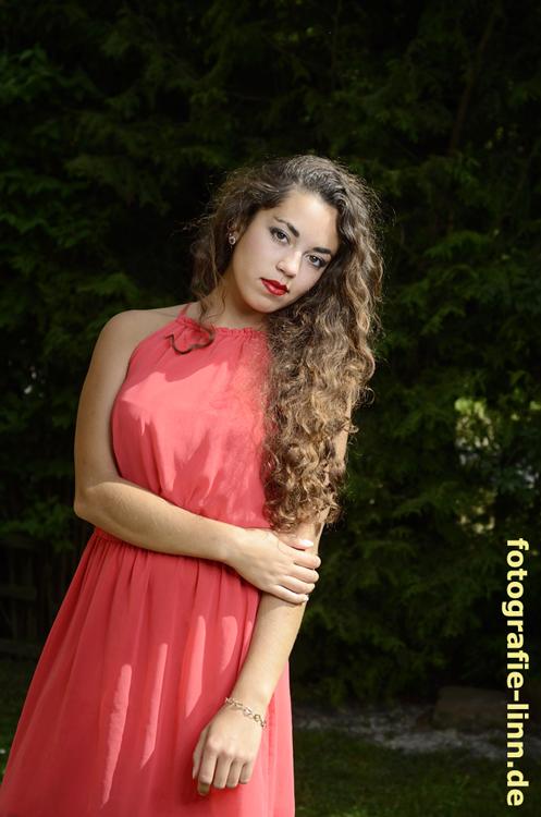 Portrait im roten Kleid