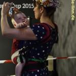 Besucherin mit Kind und Blumenkranz