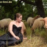 Model mit Schafherde