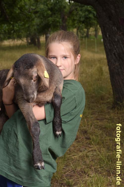 Mädchen mit Lamm