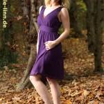 lila Kleid im Herbstwald