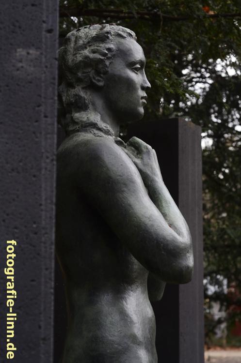 Statue zwischen Pylonen