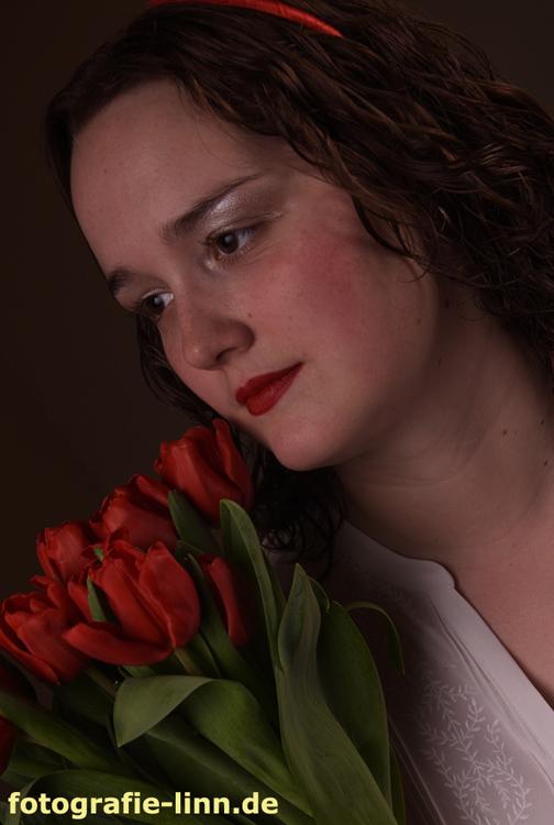 Frau mit roten Tulpen