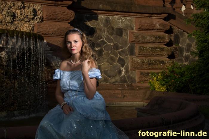 Schlossbrunnen mit Märchenprinzessin