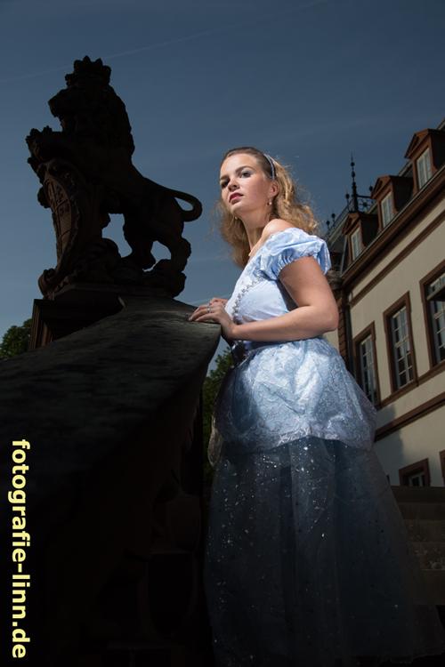 Cinderella mit Löwenstatue