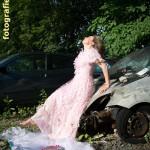 rosa Puppenkleid und Autowrack