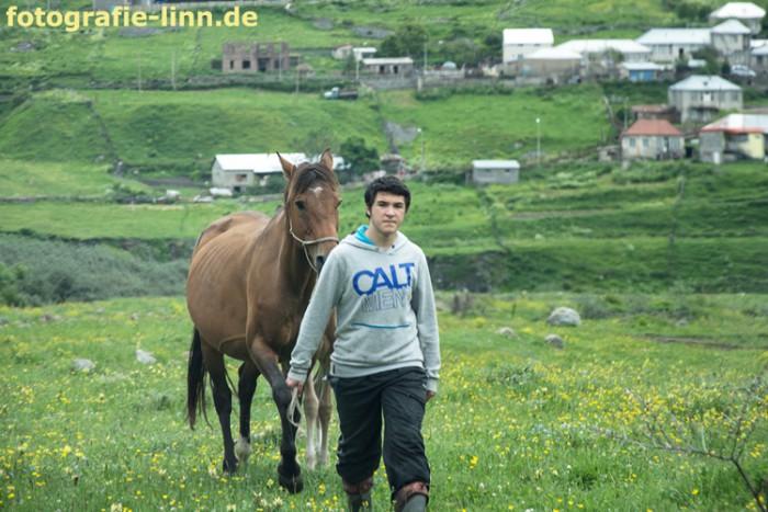 junger Mann mit Pferd