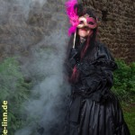 Lady in black mit Maske