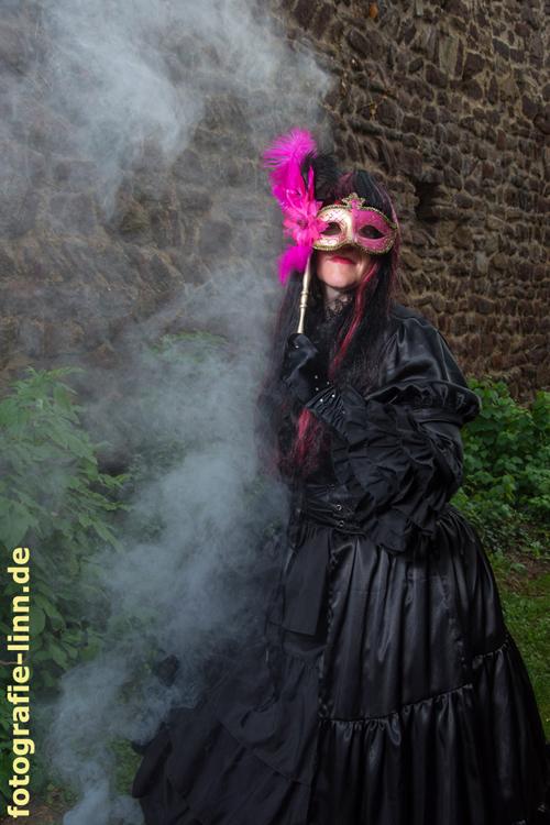 Lady in black mit Maske