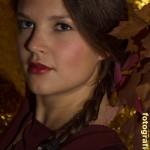 Portrait mit Zopf und Blättern