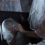 weiße Frau im Spiegel