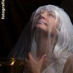 weiße Frau mit Kerze