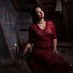 Sue im roten Kleid