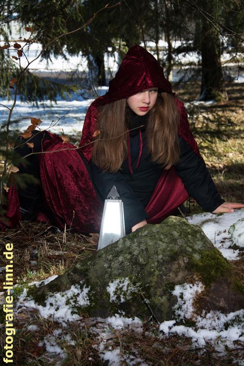 Rotkäppchen im Winterwald
