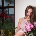 mit Rosen am Fenster