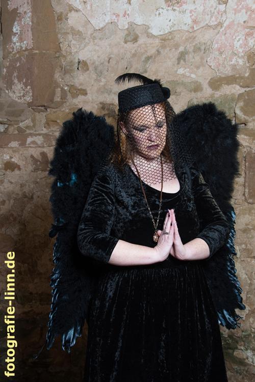 betender schwarzer Engel