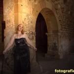 Frau in schwarz in der Klosterkirche
