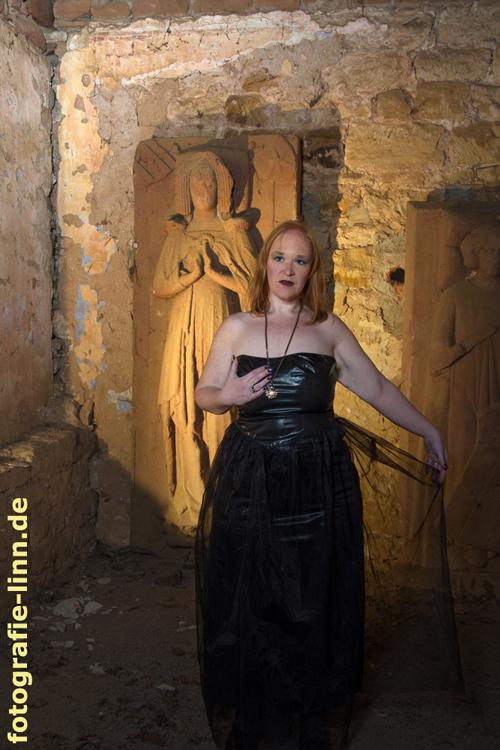 vor gotischen Grabplatten