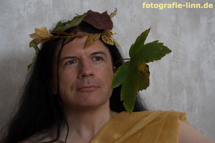 Portrait Dionysos mit Herbstkranz