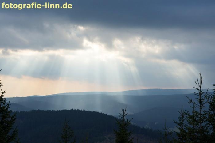 Sonnenstrahlen über den Bergen