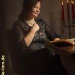 lesen im Kerzenschein