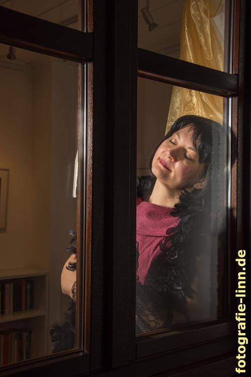 in Gedanken am Fenster