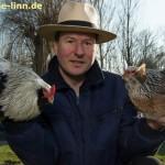 Hühnerzüchter mit Araucanapaar