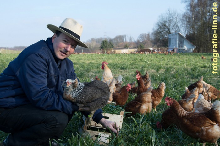 Hühnerzüchter mit seinen Tieren